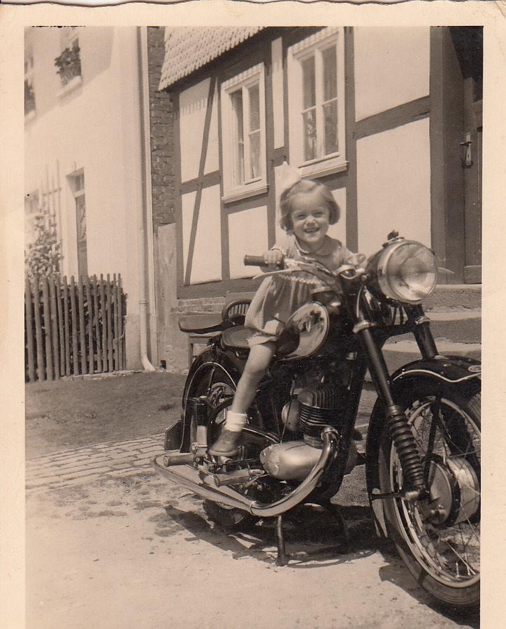 Christa auf einem alten DKW Motorrad