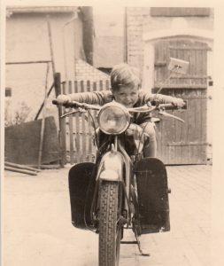 Hermann auf dem Motorrad