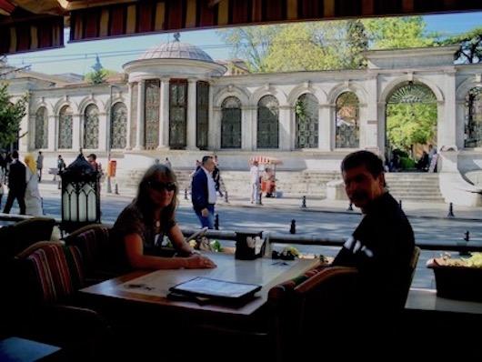 im Cafe Loti in Istanbul mit Blick auf den Friedhof Ahmet Tevfik Pasa Tomb