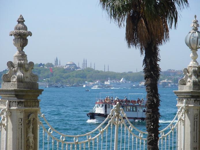 Istanbul Türkei Blick über den Bosphorus auf die Blaue Moschee (Sultan-Ahmet-Moschee)