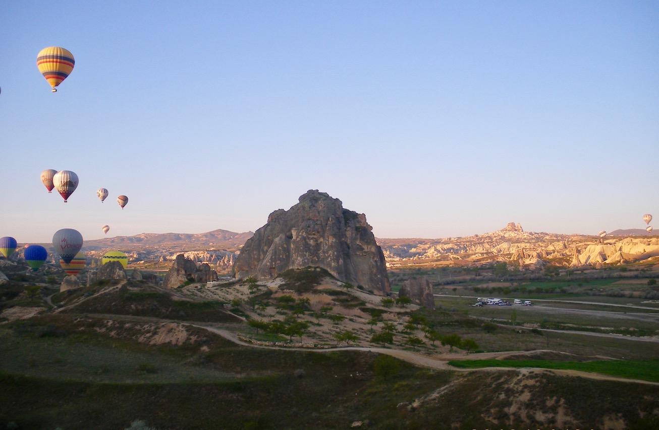 Kappadokien Sehenswürdigkeiten Heißluftballon-Fahrt über die Feenkamine Türkei in die Luft