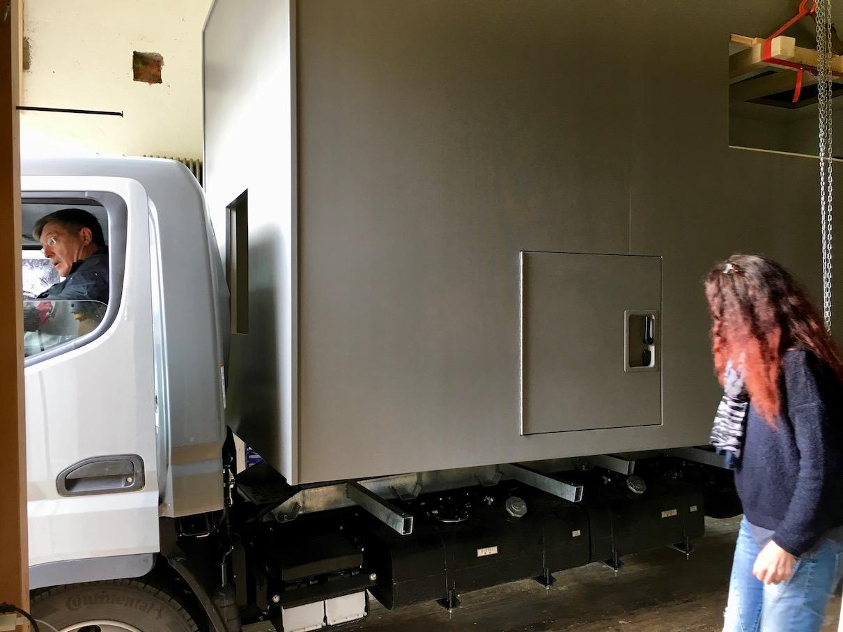 Aufsetzen der Wohnmobile Kabine auf den Zwischenrahmen