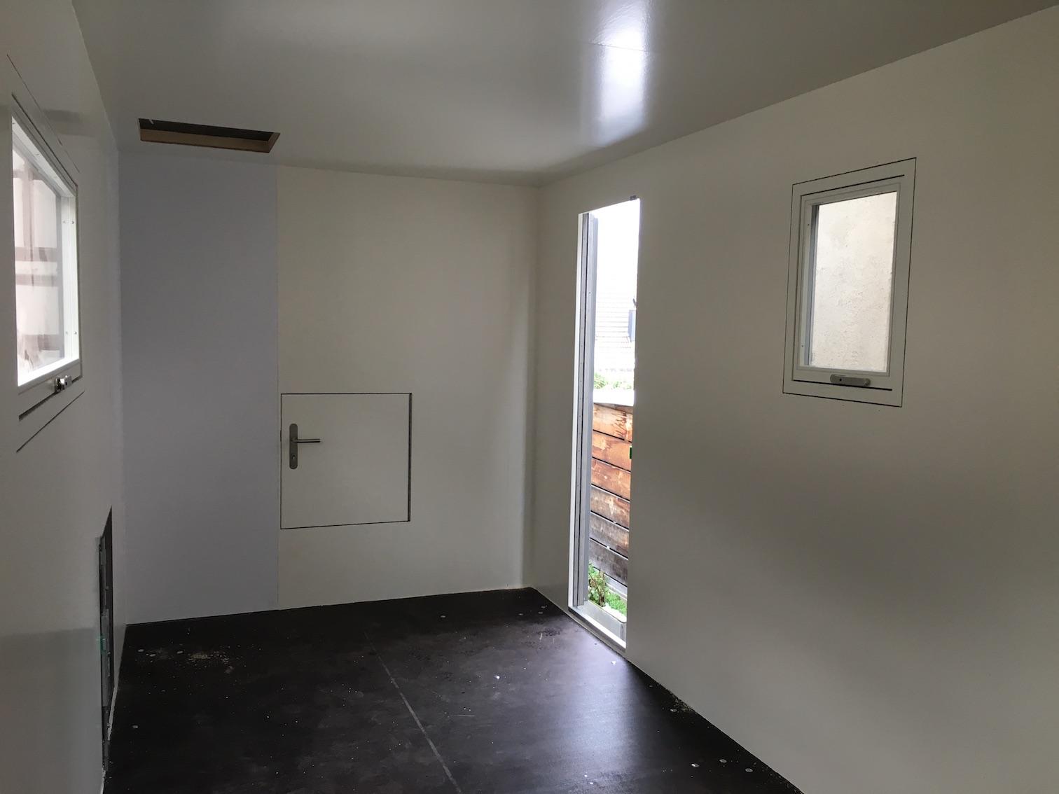 Die Leerkabine mit der Türe zum Durchschlupf im Wohnmobile
