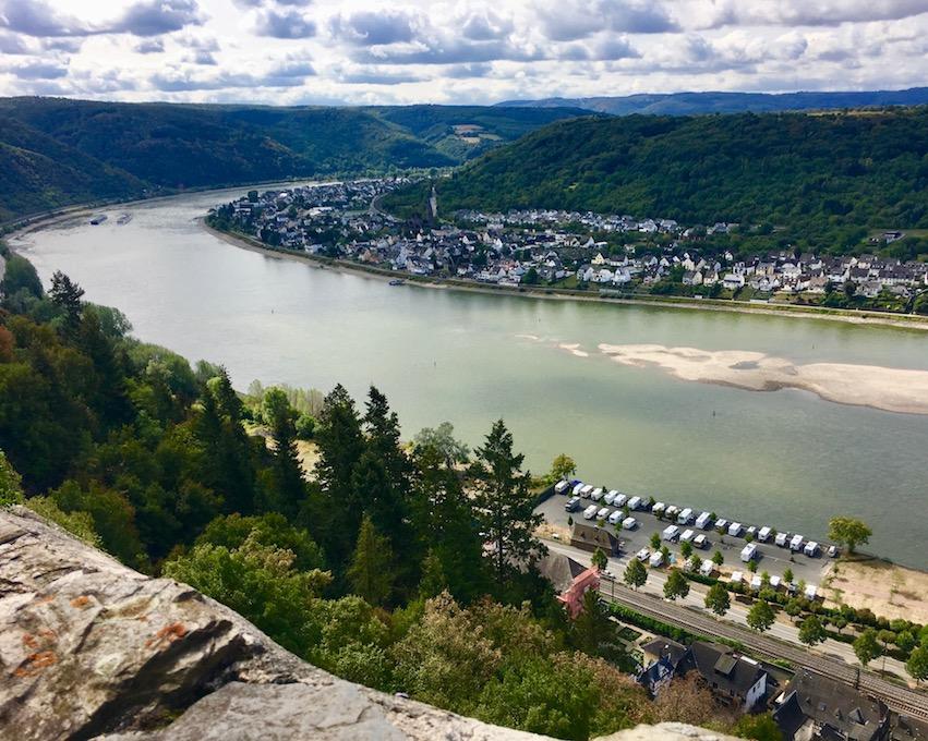 Blick von der Marksburg auf den Rhein bei Niedrigwasser
