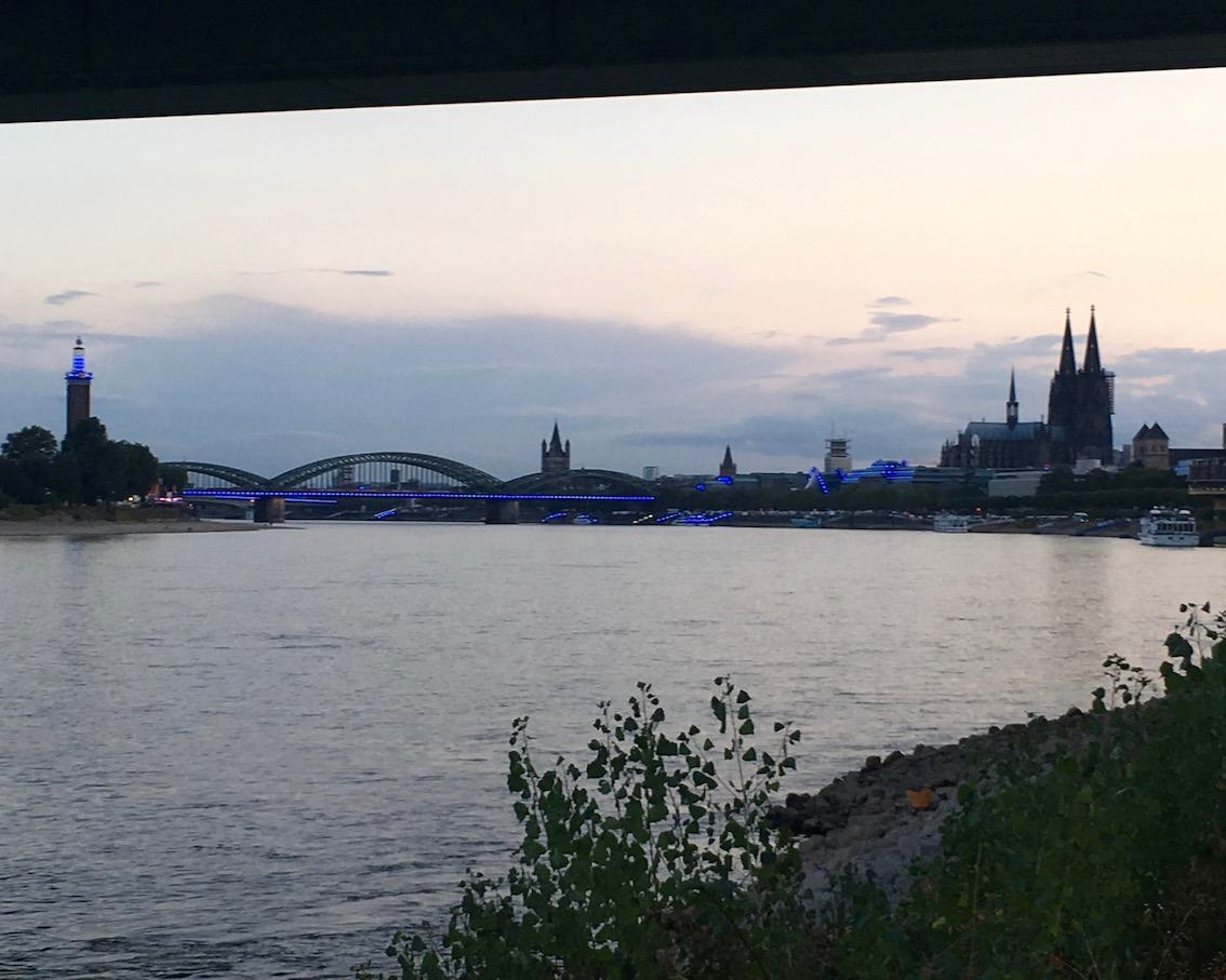 Abendstimmung am Rhein bei Köln mit Blick auf den Dom