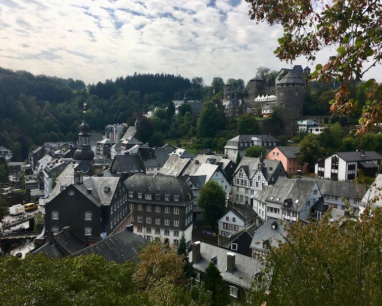 Monschau Historische-Altstadt Eifel-Fachwerk Top-Sehenswürdigkeiten Nationalpark-Eifel Blick vom Halfe Mond unterhalb des Wehrturms Haller auf die Burg Monschau in der Eifel