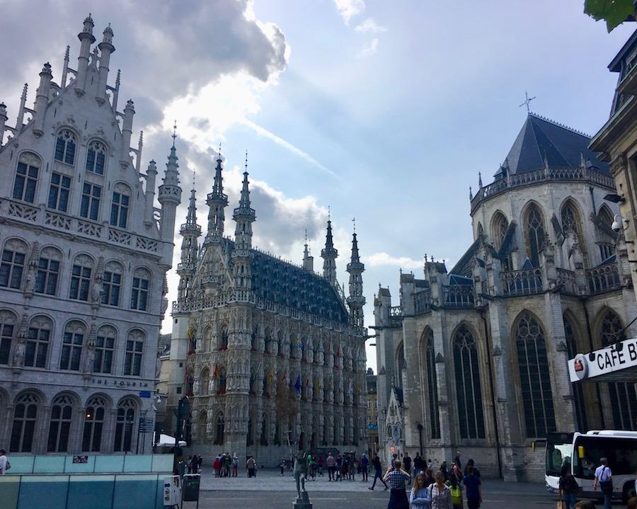 Leuven Löwen Stadt in Belgien Top-Sehenswürdigkeiten Historische-Altstadt Leuven in Belgien mit Rathaus aus dem 15.Jahrh. und St.Pieterskerk