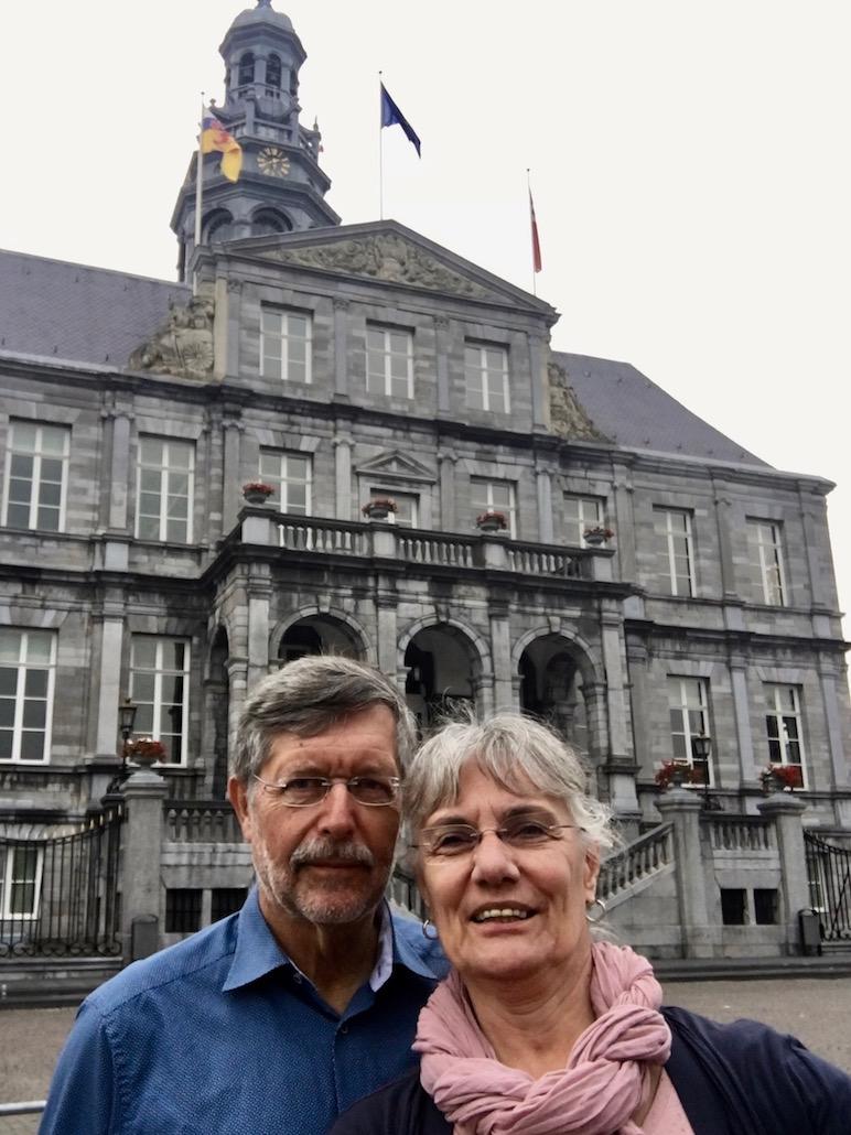 Maastricht Historische-Altstadt Maastricht Niederlande Selfi vor dem Stadhuis am Markt in Maastricht-Niederlande
