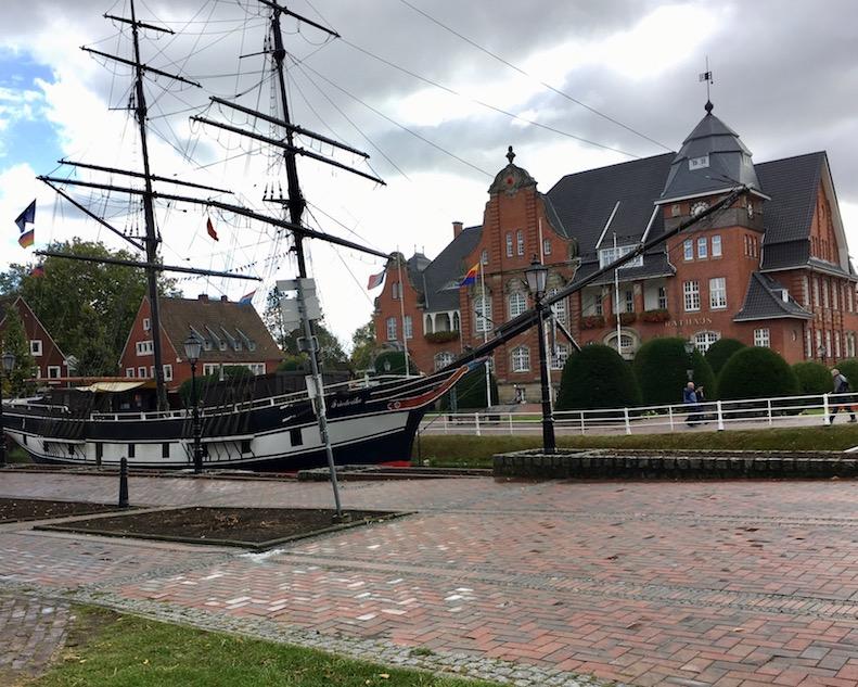 Rathaus von Papenburg davor die Frederike von Papenburg (Touristeninformation)