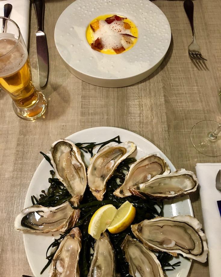 Austern und Jakobsmuscheln im Lokal Le Surcouf Cancale Bretagne Frankreich