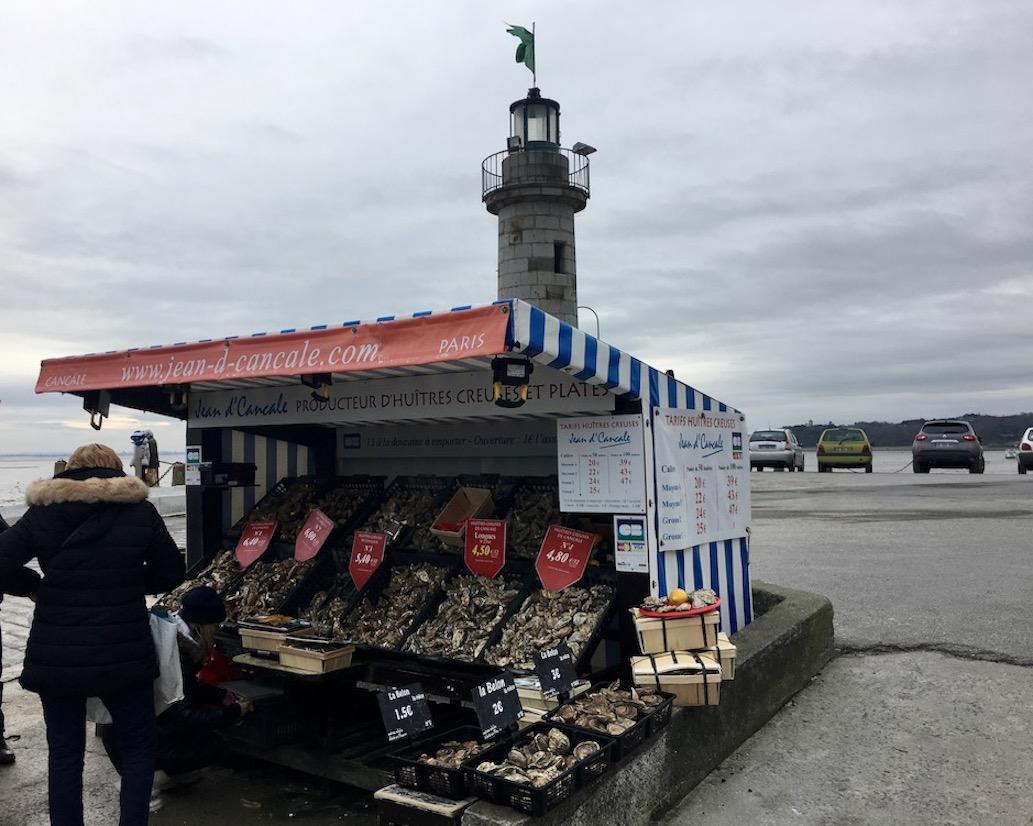 Austernstand im Hafen Cancale Bretagne