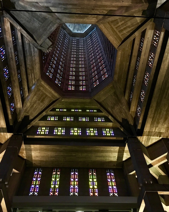 Blick nach oben in Turm Kirche St.-Joseph Le Havre Normandie Frankreich Weltkulturerbe