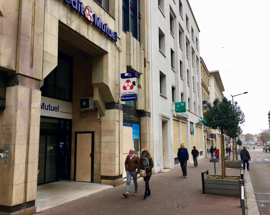 Bretter vor Bankenfenstern Gelbwesten Rouen Normandie Frankreich