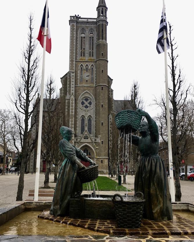 Denkmal der Austernfischerinnen  vor Église Saint-Méen Cancale Bretagne Frankreich