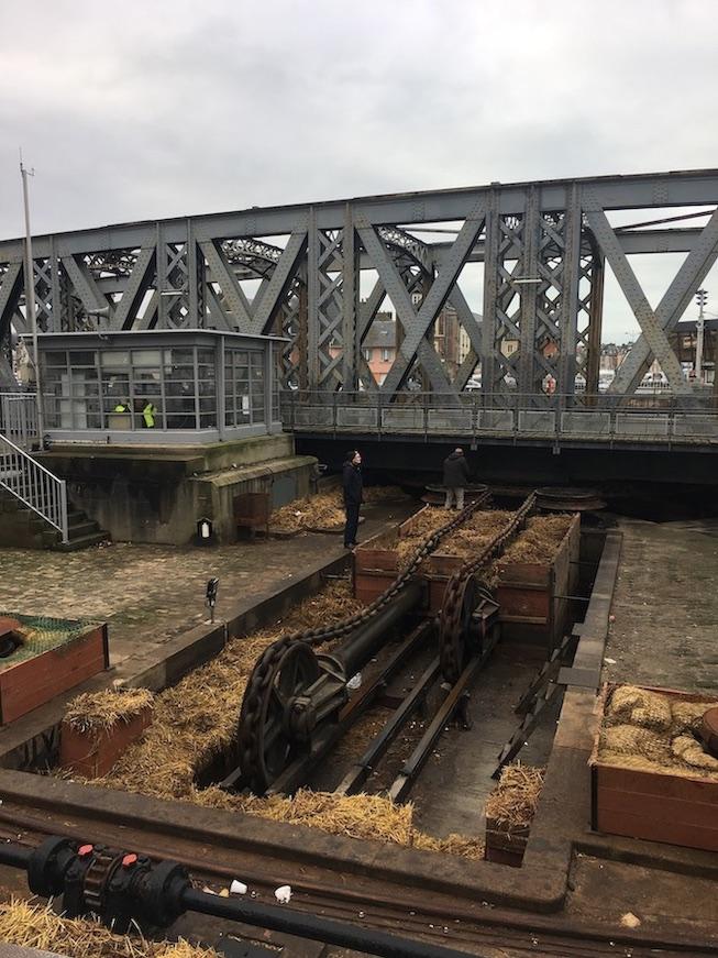 Dieppe Mechanik der Drehbrücke am Hafen Normandie Frankreich