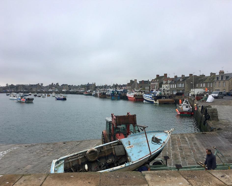 Fischerboote im Hafen von Barfleur Cotentin Normandie Frankreich