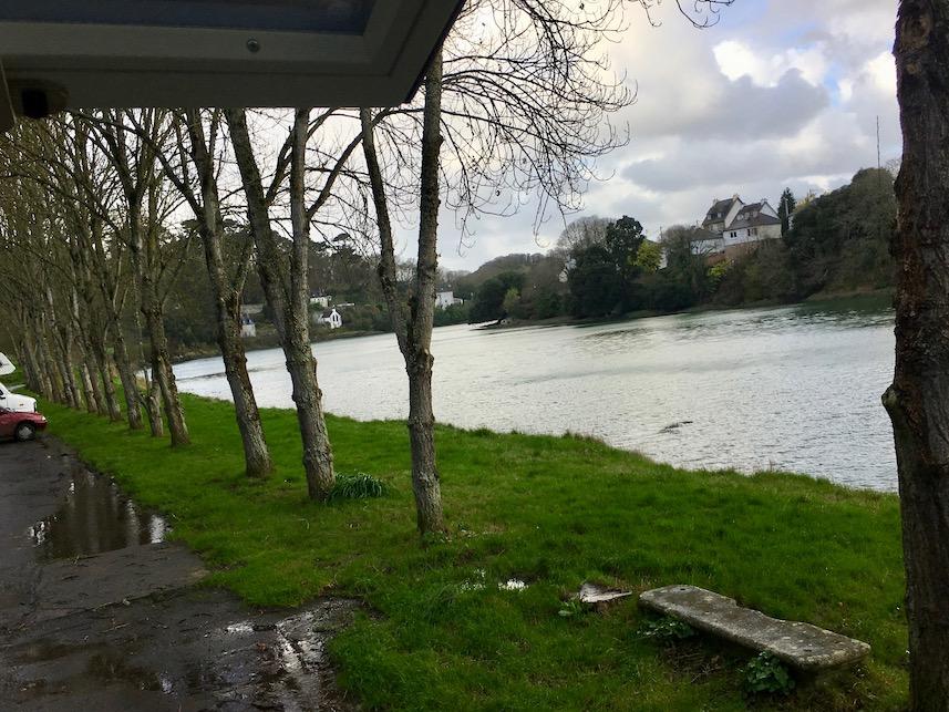 Flut links vom Mole Tréguier Bretagne Frankreich