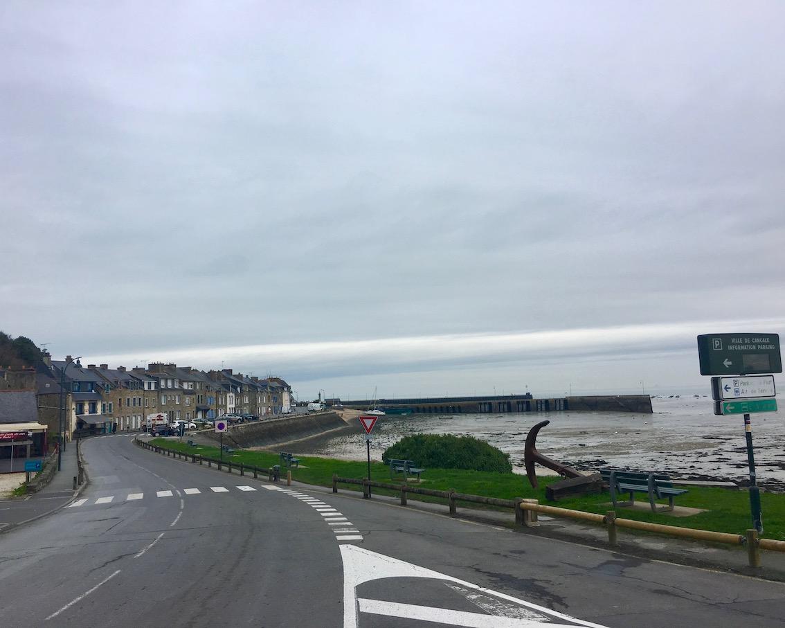 Hafen von Cancale bei Ebbe Bretagne Frankreich