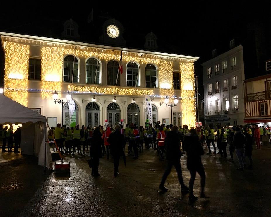 Hotel de Ville Honfleur mit Weihnachtsbeleuchtung Normandie Frankreich