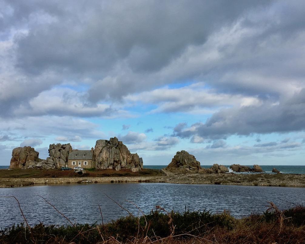 Le-Gouffre Haus-zwischen-den-Felsen Plougrescant La-Côte-de-Granit-Rose Bretagne Frankreich