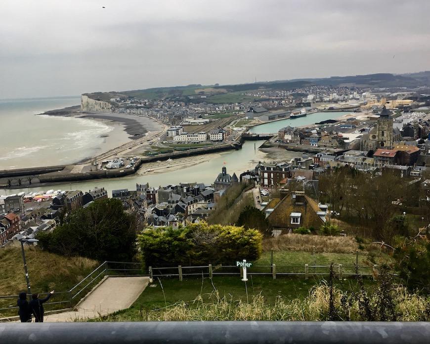 Le Tréport, links über den Fußweg geht es 378 Stufen hinunter Normandie Frankreich