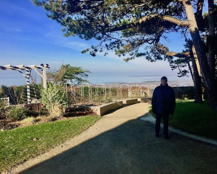 Meerblick im Dior-Garten Granville Cotentin Normandie Frankreich
