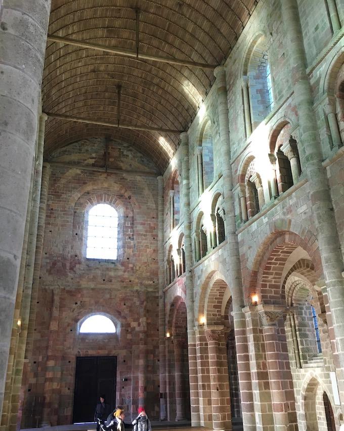 Romanisches Hauptschiff der Abteikirche Le Mont-Saint-Michel Normandie Frankreich Weltkulturerbe