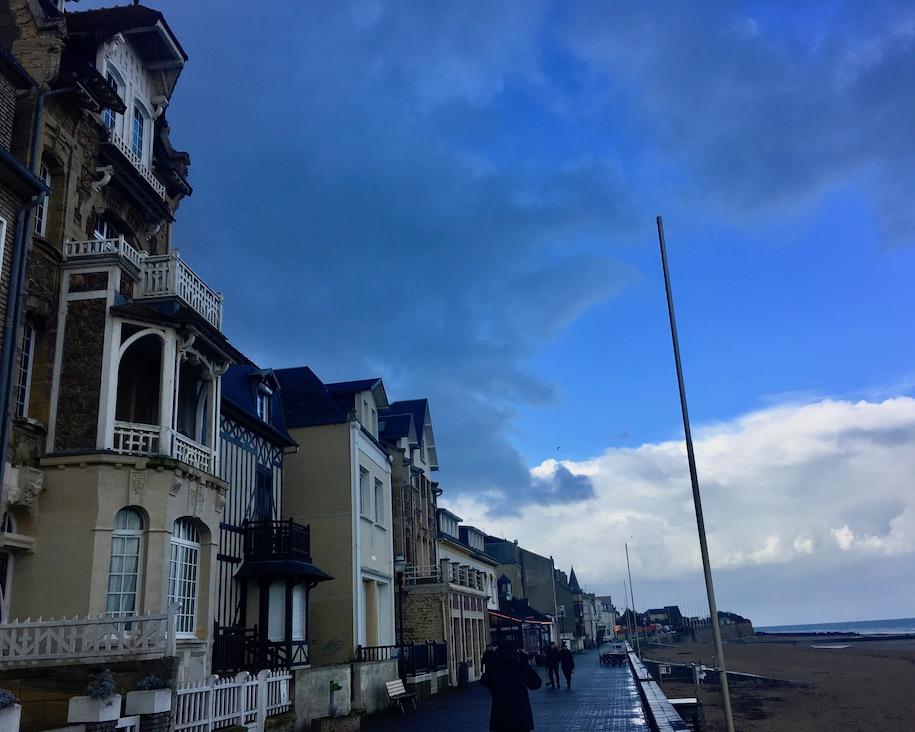 Strandpromenade in Saint-Aubin-sur-Mer Normandie Frankreich
