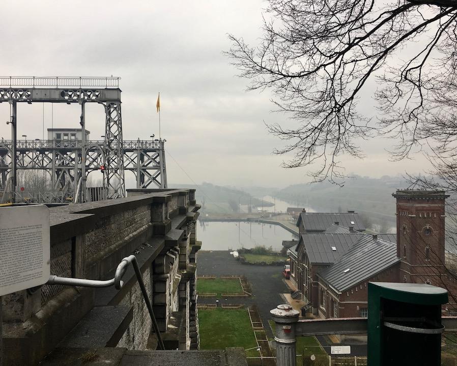 Blick ins Tal vom alten Schiffshebewerk Strépy-Thieu am Canal du Centre Belgien