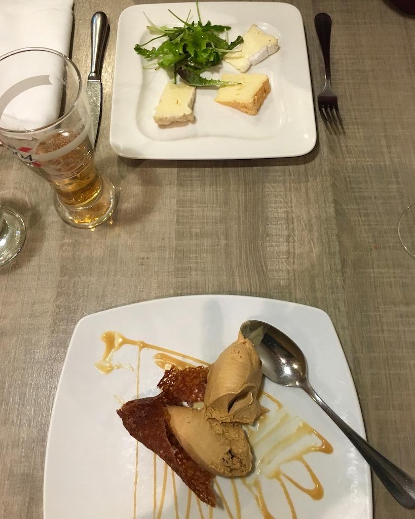 bretonischer Käse und Carameleis im Lokal Le Surcouf Cancale Bretagne Frankreich