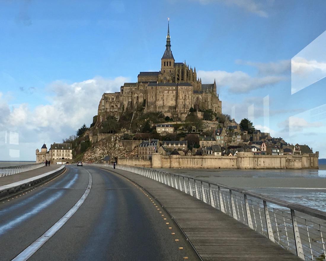 mit dem Bus auf dem Damm zum Le Mont-Saint-Michel Normandie Frankreich Weltkulturerbe