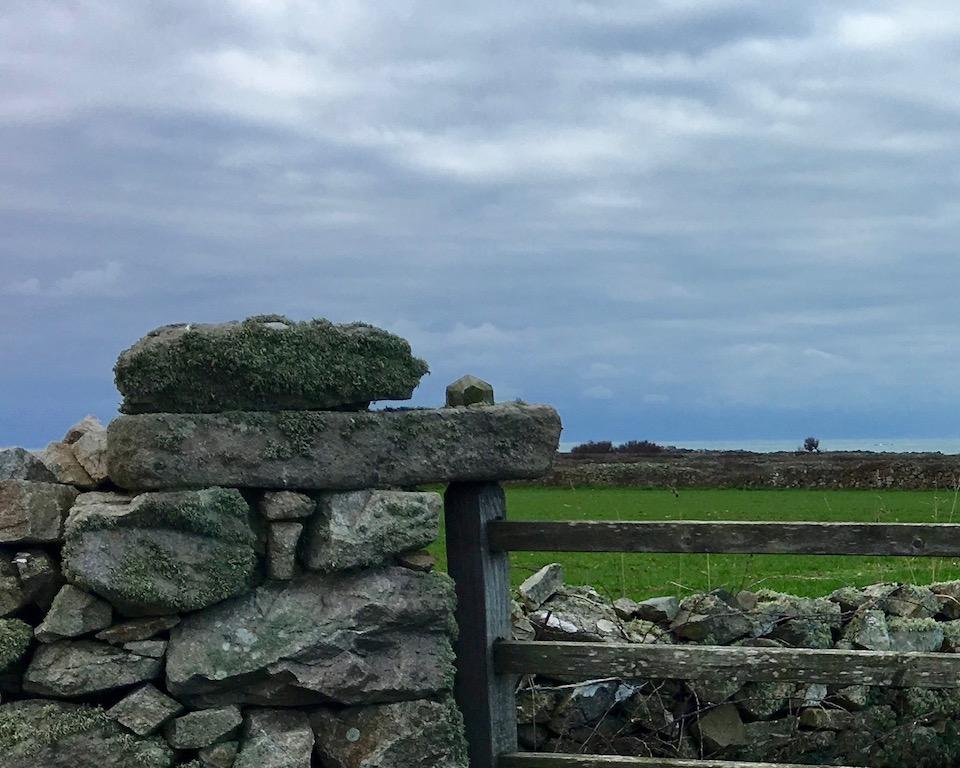 Torscharnier aus Stein Cap-La-Hague Cotentin Normandie Frankreich