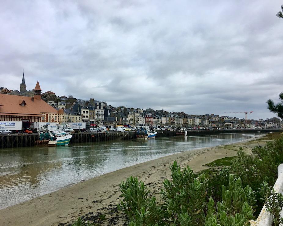 von Deauville zur Fischhalle von Trouville-sur-Mer Normandie Frankreich