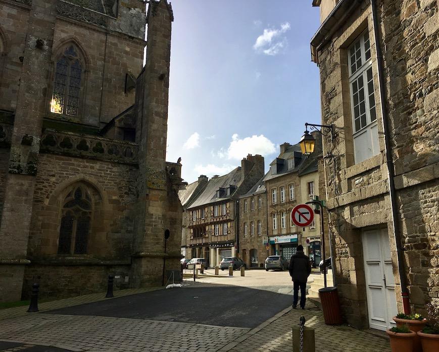 vorbei an der Kirche Saint-Tugdual zum Marktplatz Tréguier