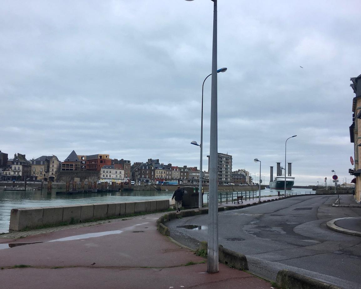 Dieppe Mechanik der Drehbrücke am Hafen ankommendes Schiff Normandie Frankreich