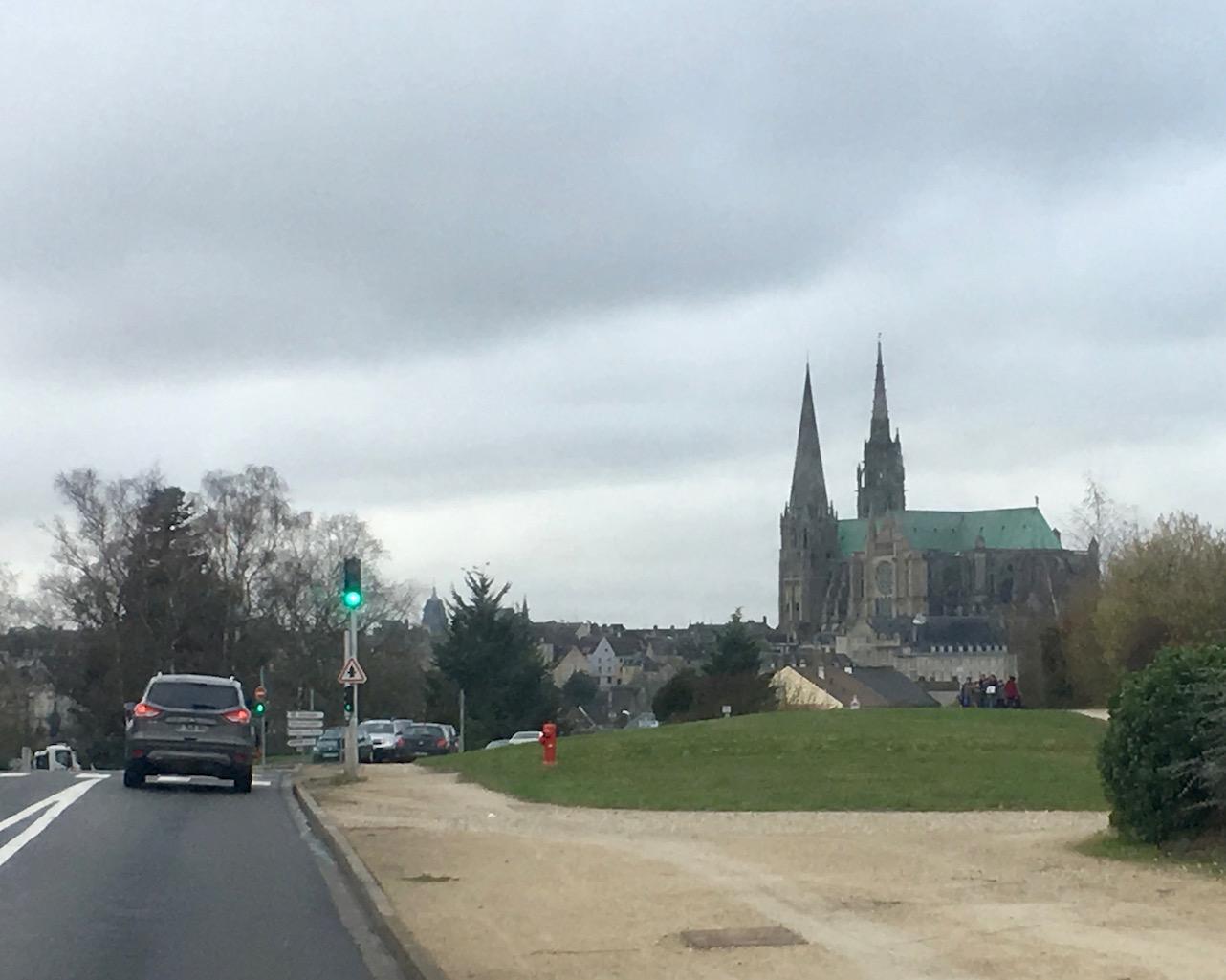 Anfahrt auf Chartres Bretagne mit der Kathedrale Notre-Dame Weltkulturerbe