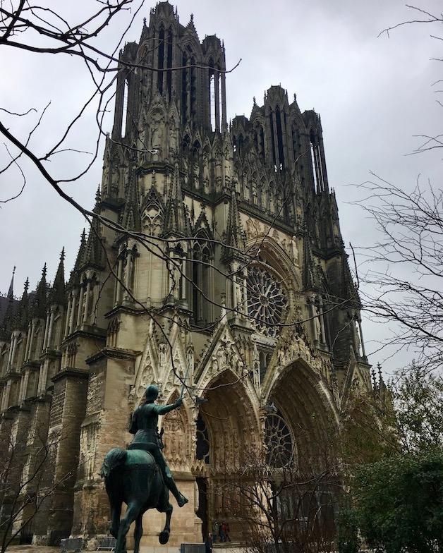 Kathedrale Notre-Dame von Reims Bretagne Frankreich mit Reiterstandbild der Johanna von Orléans Jeanne d'Arc