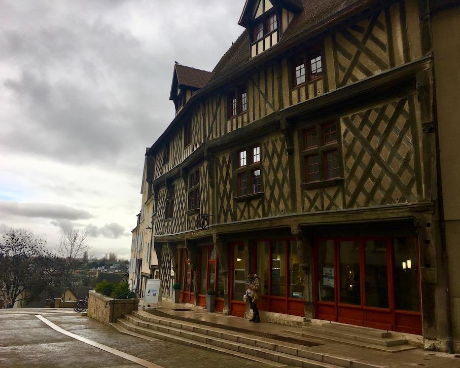 Tourist-Information in Fachwerkhaus Chartres Bretagne Frankreich