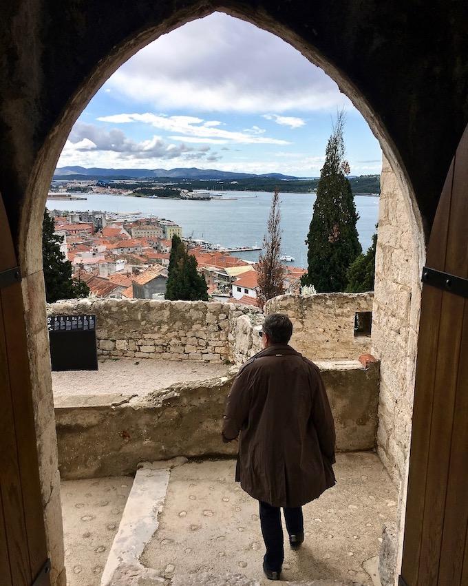 Sibenik Altstadt am Fluss Krka Adriaküste Kroatien Abstieg von der Burg Festung in Sibenik Kroatien