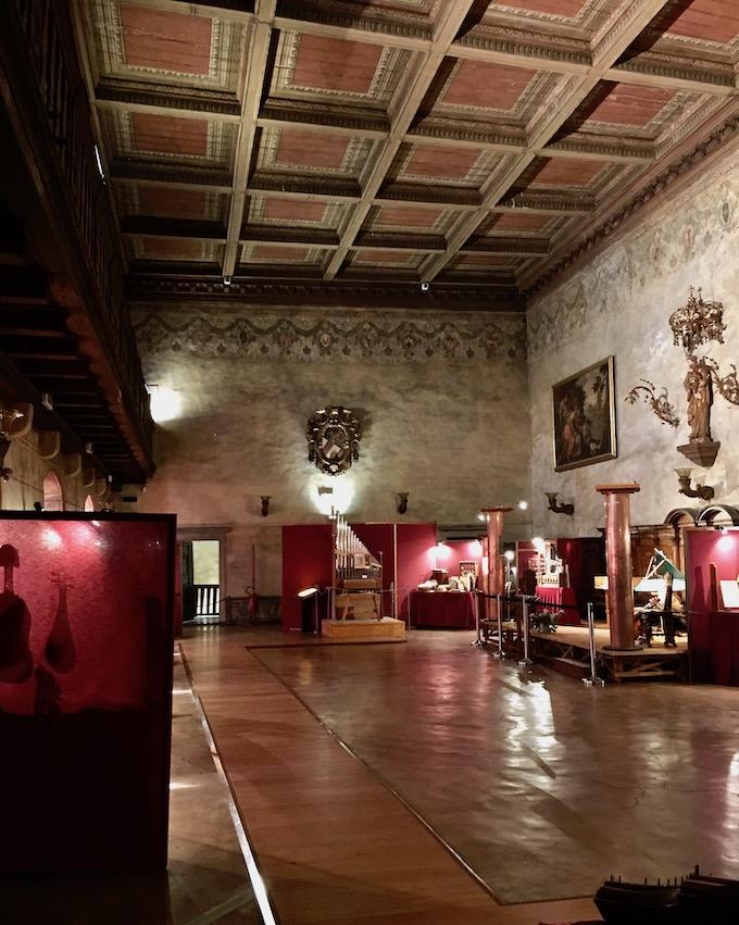 Alte Musikinstrumente im Schloss von Görz