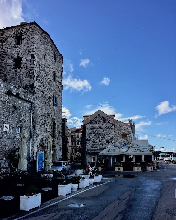 Sibenik Altstadt am Fluss Krka Adriaküste Kroatien Alte Stadtmauern in Sibenik Kroatien