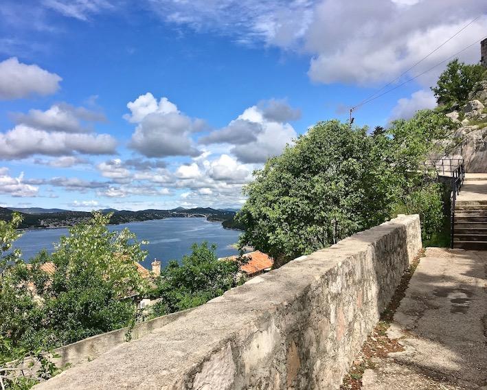 Sibenik Altstadt am Fluss Krka Adriaküste Kroatien Aufstieg zur Burg Festung von Sibenik