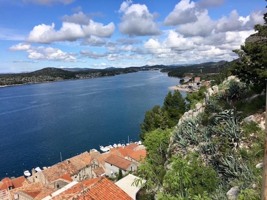 Sibenik Altstadt am Fluss Krka Adriaküste Kroatien Blick auf die Krka von der Festung St.Michael Sibenik