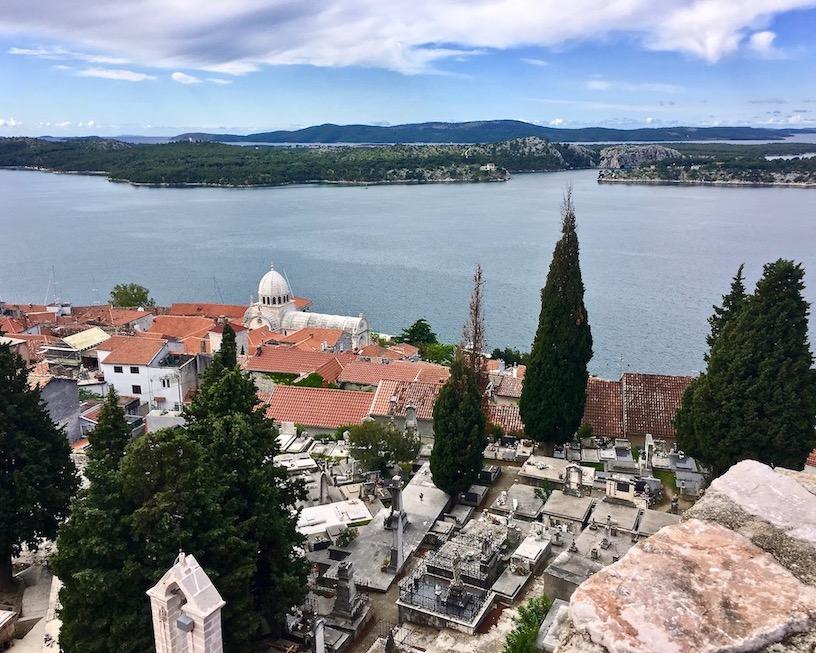 Sibenik Altstadt am Fluss Krka Adriaküste Kroatien Blick von der Burg Festung St.Michael auf die Kathedrale des Hl.Jakob Sibenik