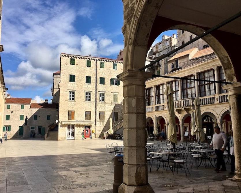 Sibenik Altstadt am Fluss Krka Adriaküste Kroatien Domplatz mit Rathaus von Sibenik Kroatien