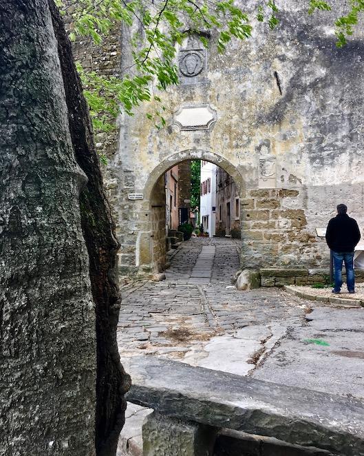 Eingang zum Dorf Groznjan in Istrien