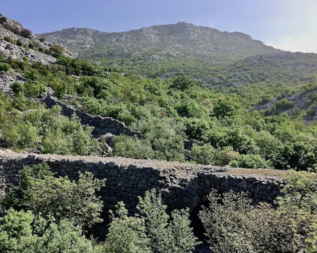 Reste der alten alten Küstenstraße in Kroatien