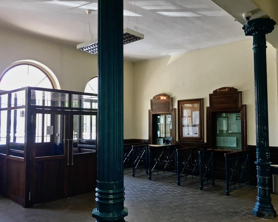 Schalterraum im Transalpina Bahnhof von Görz
