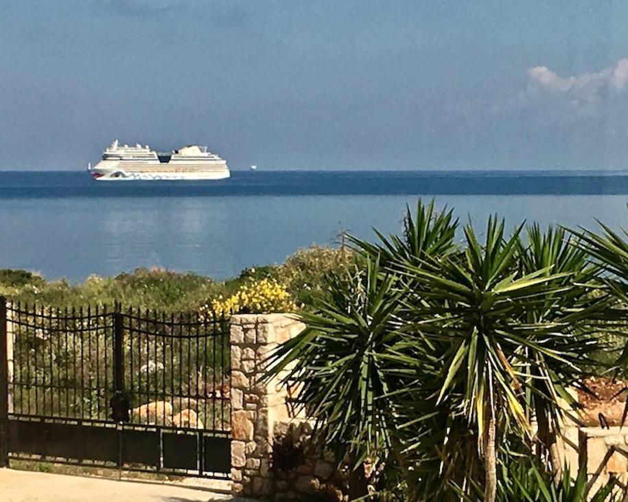 AIDA Kreuzfahrtschiff in der Straße von Korfu