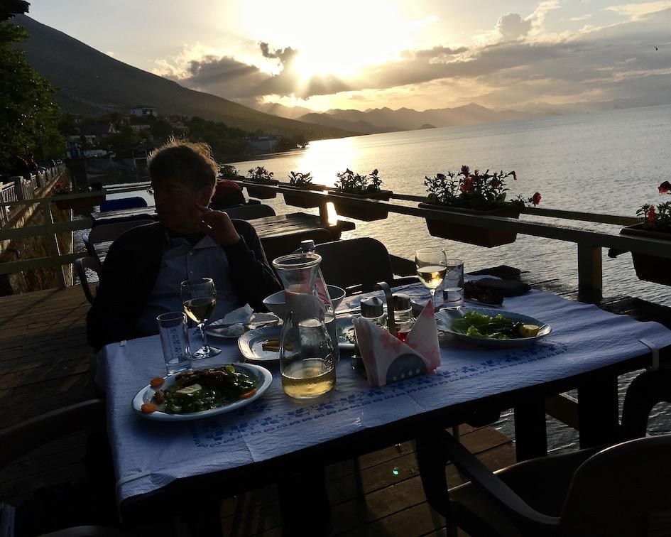 Abendessen direkt am Skutariesee im Restoran Shkodra in Shiroke